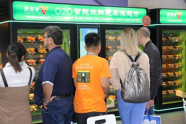 广州国际展览上,国外客户在了解惠逸捷生鲜机